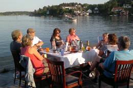Hva er bedre med å sitte en varm sommerkveld på brygga med gode venner ? God plass til mange og kun småbåter som