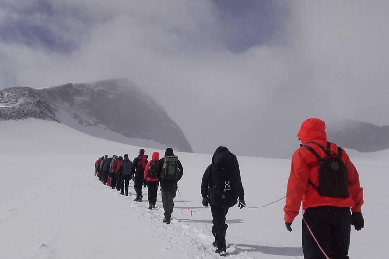 For og bestige Galdhøpiggen fra Juvasshytta kreves det og gå i tau over styggebreen, Juvasshytta har dagleg føring.