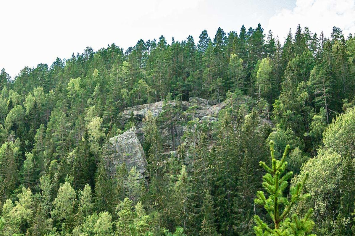 Hærfangkjerka i åssiden på Hærfangen