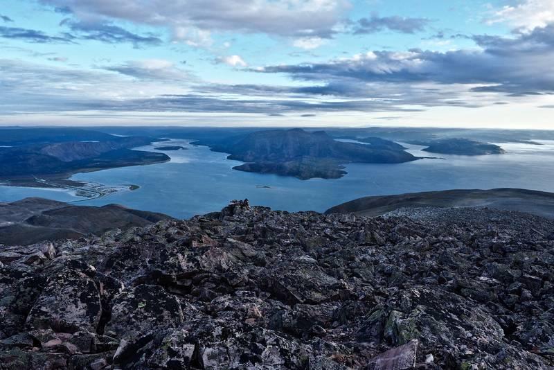 Fra venstre Høyholmen, tanamunningen, Smalfjord og Vestertana