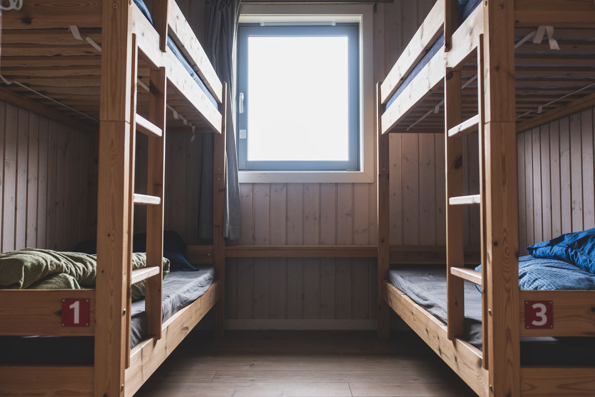 Her kan du sove godt i fine køyesenger.