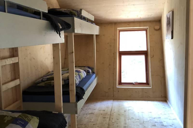 To soverom med 5 sengeplasser på hvert rom