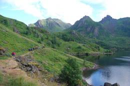 Deltagerne på tur ved første Teiganvann og innover Teigandalen. I bakgrunnen fra venstre ser vi Hadseløyas høyeste fjell, Lamlitinden (657 moh.), Sætertinden (435 moh.) og Tanipa (572 moh.) -  Foto: Bjørn Eide