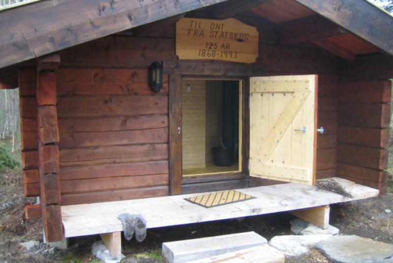 Badstua er ei tømmerkoie som DNT fikk i gave fra Statskog til 125-årsjubileet