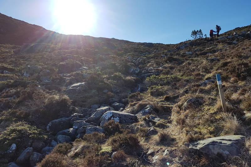 Følg Nordsjøløypa opp frå Sildevågen. Der Nordsjøløypa svingar til venstre og over eit lite bekkefar, fortset du rett fram og opp til toppen i Storeskaret.