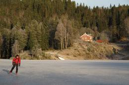Bøvelstad i Romjulen 2011. Håvard G. Lien nyter isen på Støttumsfjorden/Børtervann. Bøvelstad er et fantastiskt utgangspunkt for lange skøyteturer i Østmarkas indrefilet :-)  - Foto: Ulrike Jüse