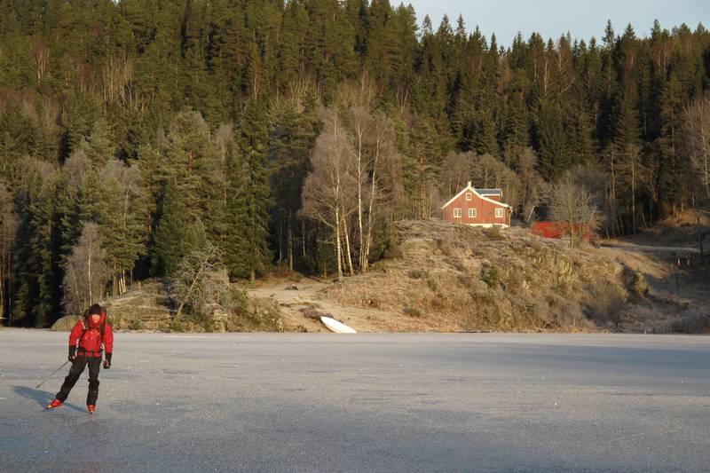 Bøvelstad i Romjulen 2011. Håvard G. Lien nyter isen på Støttumsfjorden/Børtervann. Bøvelstad er et fantastiskt utgangspunkt for lange skøyteturer i Østmarkas indrefilet :-)