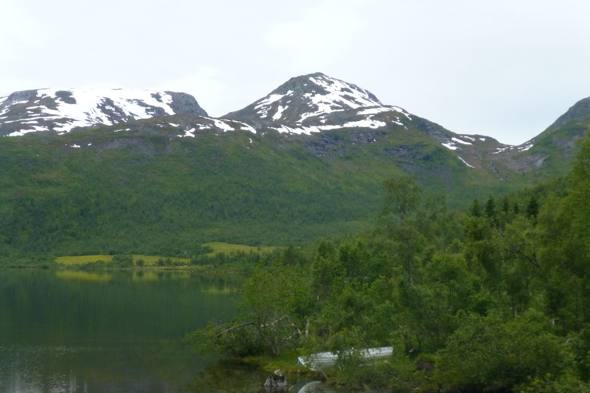 Grøndalsvatnet med Hattemakeren og Kviteggja bak.