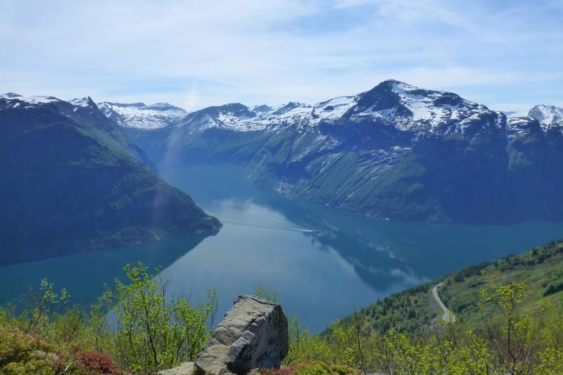 Ein avstikker fra postvegen og fram på kanten gir ein flott utsikt til Geirangerfjorden.