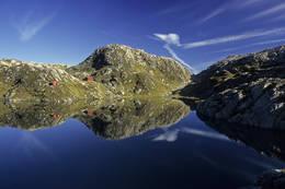 Idyllisk vatn ved Høgabu. - Foto: Helge Sunde
