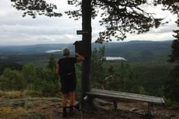 Vi er kommet fram til Knivefjellet og kan skue ut over den vakre Finnemarka. -  Foto: Hilde Roland