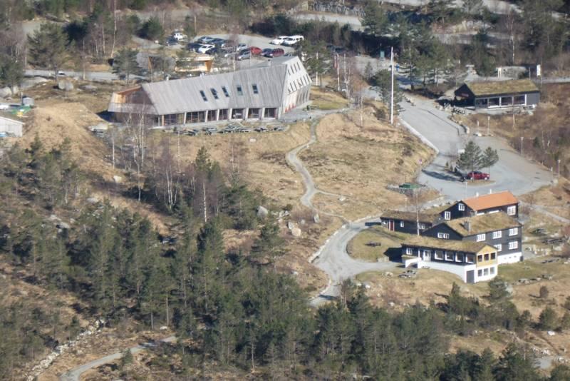 Fra toppen har man god utsikt ned på Preikestolen fjellstue, Vatnegården og Preikestolhytta.