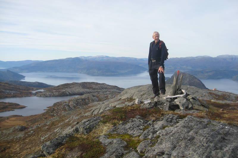 Vatnasetenuten, mot Samlen og fjorden