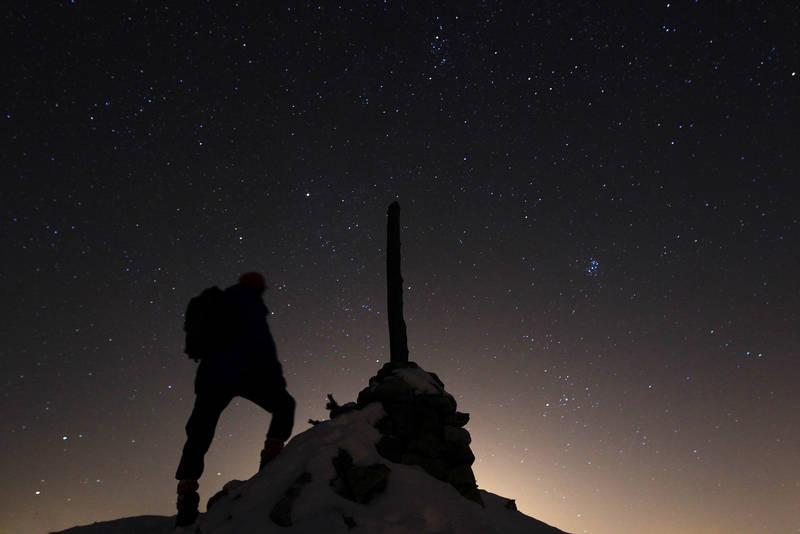 På trugetur til Fjellstulvarden en vinterkveld i 20 minusgrader. Stjernene funkler i vintermørket og strølyset fra Kongsberg sees godt. Foto: Ottar Kaasa