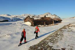 Ved Hevertjønna i Barnas Naturverden, den første snøen har kommet.  - Foto: Daniel Zwick