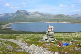 Reinsvatnet mot Reinsvassbu med Reinstinden. Stien på sydsiden av vannet. - Foto: Ann Olsen Bolsønes