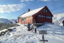 Blåfjellenden hovedhytte ligger på ein høyd med god utstkt. Inngang fra to sider  - Foto: Per Henriksen