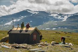 Nødbua på Fiskåhøgda fikk nytt tak og vegger sommeren 2017, utført av dugnadsgruppa i DNT ung Trøndelag -  Foto: Adreas P Lorentzen