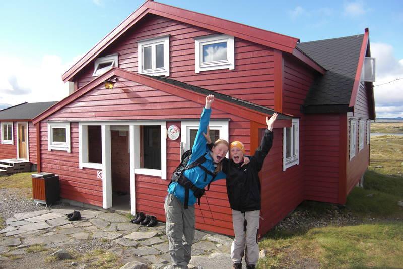 Stigstuv turisthytte, Hardangervidda, august 2011. På bildet er Mina (13) og Maria (11) Rørvik Haver klare for neste dagsmarsj