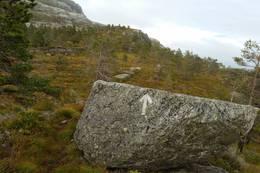 Når du går fordi denne steinen, er du snart framme. - Foto: Arnfrid Bergheim