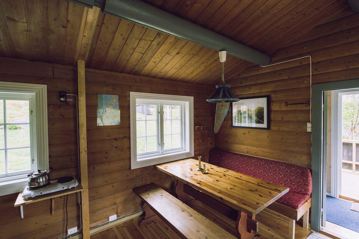 Koselig kjøkken, med spisebord og sofa