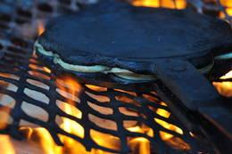 Matlaging på bål gir mange gode opplevelser. - Foto: Jan Kenneth Gussiås