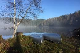 To kanoer ligger og venter på å bli brukt - Foto: Janet Bydal