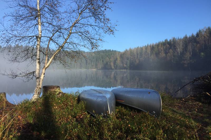 To kanoer ligger og venter på å bli brukt