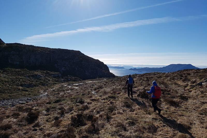 Følg sti/dyretråkk retning Kjetangen til du kjem inn på Nordsjøløypa.