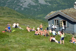 Framme ved dyehytta på Fivla - Foto: Ingeborg Flaten