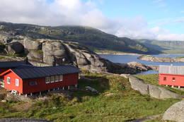 Løkjelsvatnhytta med Løkjelsvatnet i bakgrunnen. - Foto: Edvin Storlien