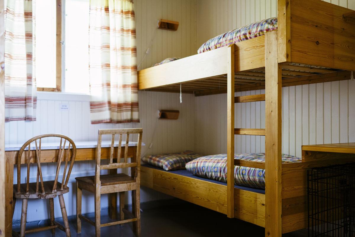 Nedalshytta har 28 sengeplasser. Den har også egne rom for hund og eier.