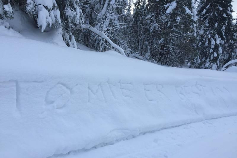 """Fornøyde besøkende skrev """"Tømte er best"""" i snøen ved Tømte Gård"""