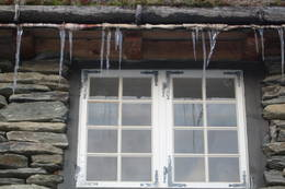 Vår, men enno nattefrost og istappar frå taket - Foto: Stein B. Næss