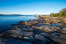 Stien bukter seg på bergene langs sjøen ved Trollskogen. -  Foto: John Petter Nordbø