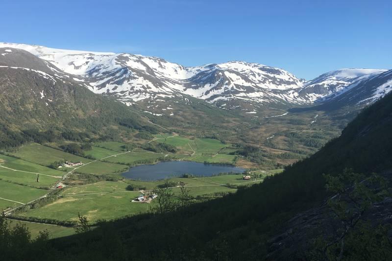 Utsikt mot Dvergsdalsdalen og Grovabreen