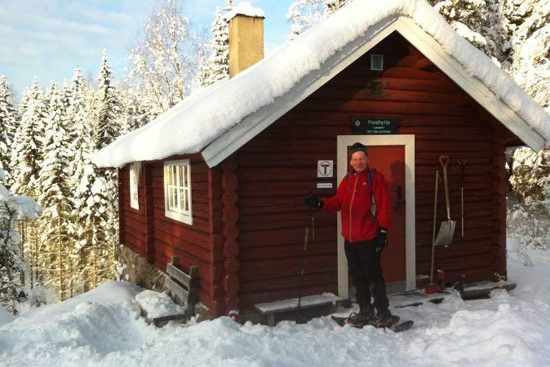 Ragnar Bøckmann på truger utenfor Presthytta