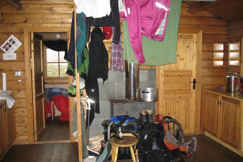 Hunddalshytta juli 2010. Vi 3 danske piger var gennemblødte af en regn, og haglbyge og mega tordenvejr fra dæmningen til hytten. Alt var vådt, men efter at vi havde tændt op i brændeovnen fik vi tørret tøj, støvler og rygsække, og nød det dejlige sted. [bodil.bach@mail.dk, +4522460229]