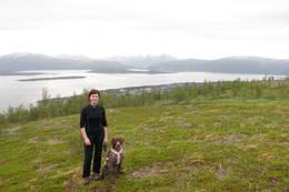 Etter en bratt oppoverbakke gir turen god utsikt over Tromsøya og Kvaløya.  -  Foto: Kirsten Buck Rustad