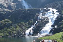 Turfølge ved Nykkjesøyfossen i Husedalen på vei til Stavali - Foto: Bergen Turlag