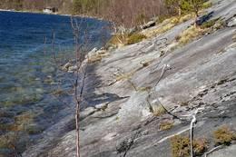 Langs Valnesvatnet er ei strekning sikret med kjetting - Foto: Rita Mevik