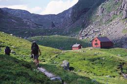 Hytta ligger lunt på en høyde like ved Stakkavatnet - Foto: Stavanger Turistforening