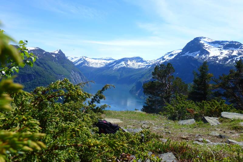 Fra Ljøsetra til fjorden er det 35 svinger. Usikker på kor mange det er ned til riksvegen.