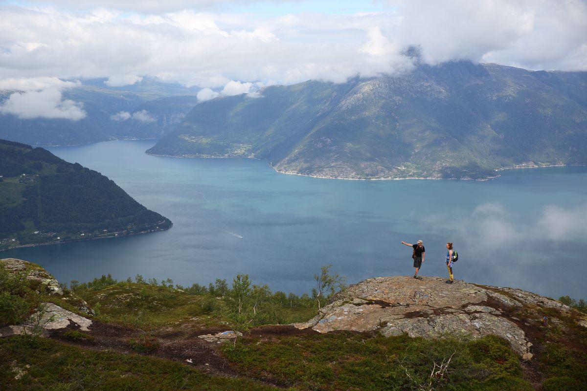Nydelig utsikt i starten av turen hvor Eidfjorden, Utnefjorden og Sørfjorden møtes.