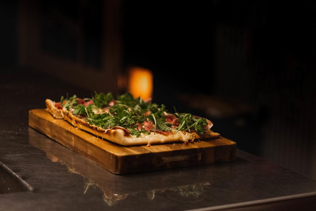 Man får plass til en liten langpannepizza i bakeovnen.