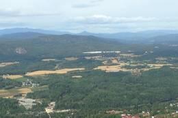 Fra Bjørndalskollen er det fin utsikt mot Åmot, Spone og Gruveåsen. Hestegjuvnatten i Flå til høyre i bildet.  -  Foto: Hilde Roland