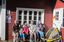 Familie på tur ved Fjellvang - Foto: Janet Bydal