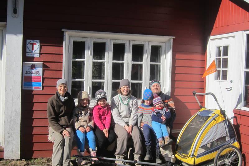 Familie på tur ved Fjellvang