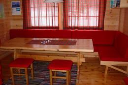 Interiør i Annekset, den minste hytta, hvor det er 9 sengeplasser - Foto: Berit Irgens