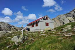 Ligger nordvest i Stølsheimen, i Modalen kommune, drives av Bergen Turlag. -  Foto: Torill Refsdal Aase